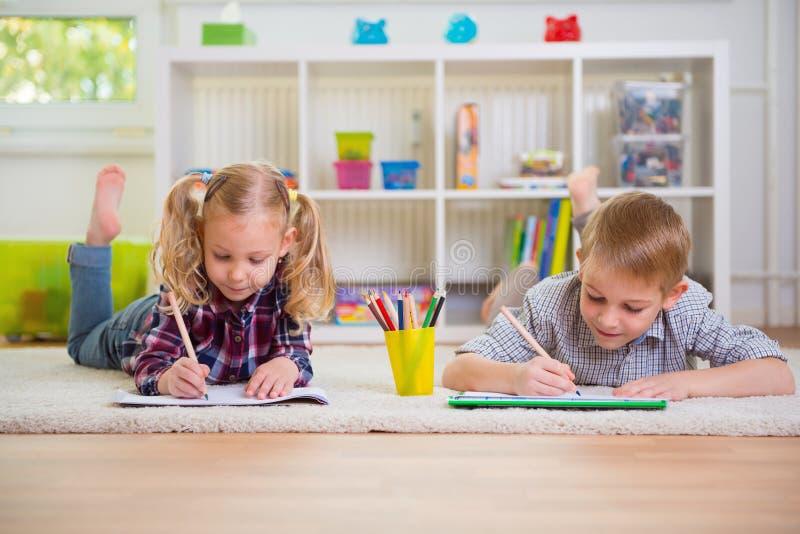 Dwa ślicznego dziecka w domu obrazy royalty free