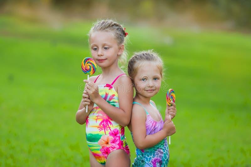 Dwa ślicznej małej dziewczyny z lizakami na wakacje obraz royalty free