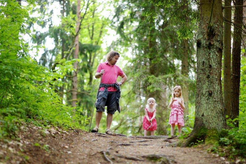 Dwa ślicznej małej siostry outdoors i ich ojciec fotografia royalty free