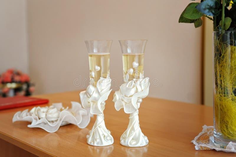 Dwa ślubnego szkła dekorującego z szampanem obraz stock