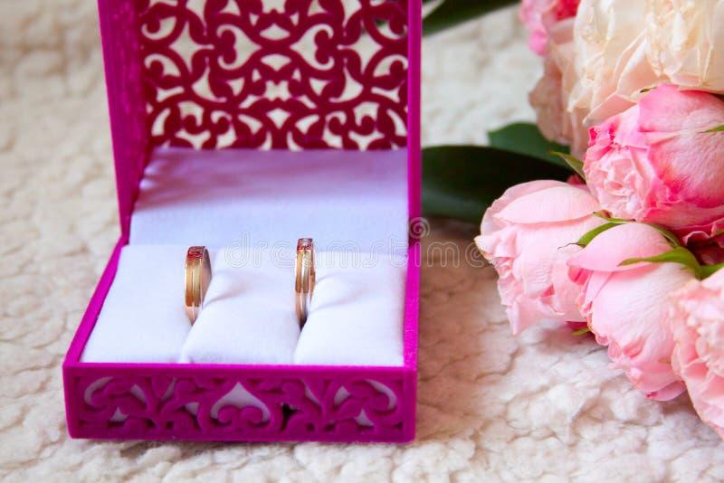 Dwa ślubny bukiet i pierścionki w pudełku na luksusowej kanapie fotografia royalty free