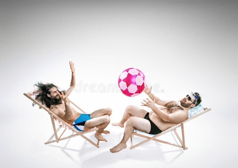 Dwa śmiesznego faceta siedzi na deckchairs fotografia royalty free