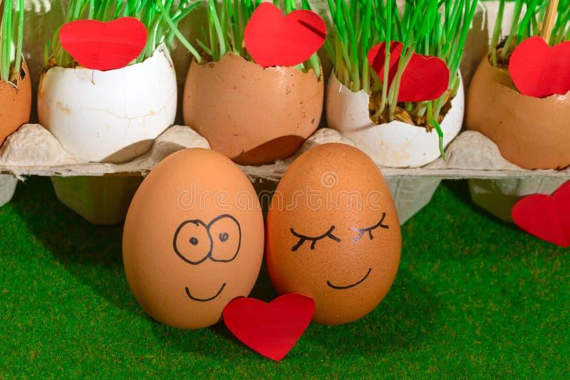 Dwa śmiesznego jajka świętuje Easter zdjęcia royalty free