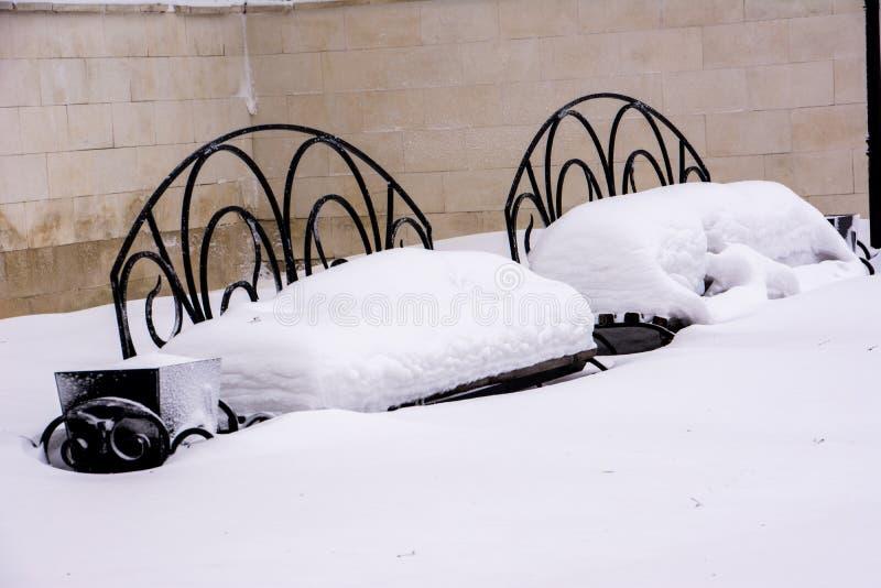 Dwa śnieżystej ławki fotografia royalty free