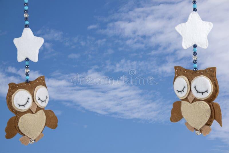 Dwa Śpią Czującej sowy na dziecka łóżka polowego wiszącej ozdobie zdjęcie royalty free