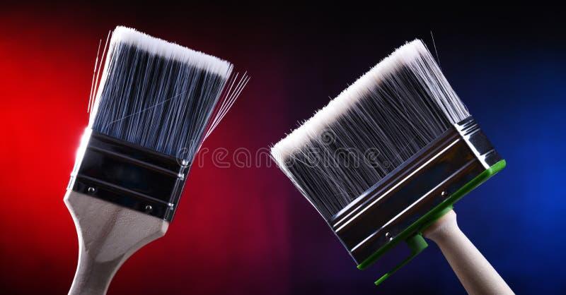 Dwa średniego rozmiaru paintbrushes dla domu dekorować zamierzają zdjęcie royalty free