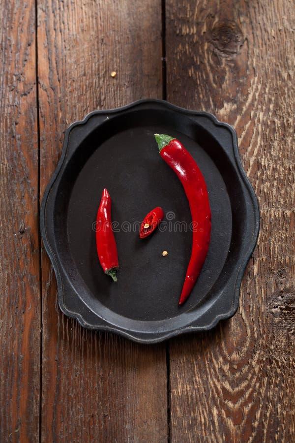 Dwa świeżego chili pieprzu, duży i mały obrazy royalty free