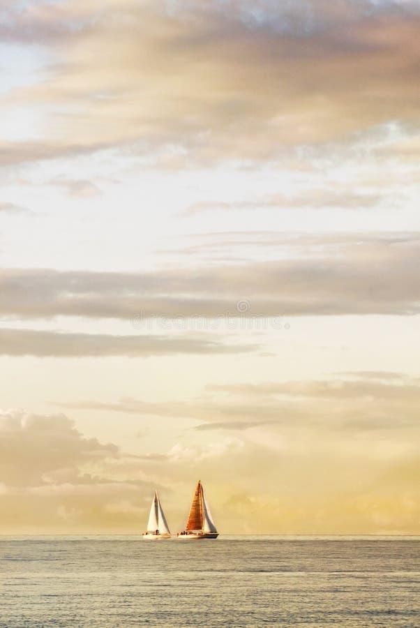 Dwa żaglówki na niebie i chmurach dennych, pięknych, obrazy stock