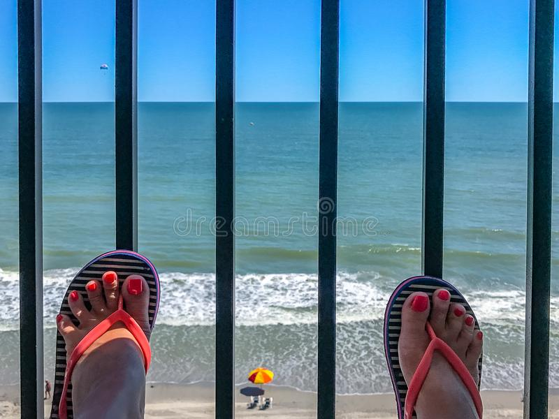 Dwa żeńskiego cieki z pedicure'em przeciw tłu oceanu boardwalk nabrzeżne mirt Wyrzucać na brzeg Południowa Karolina fotografia stock