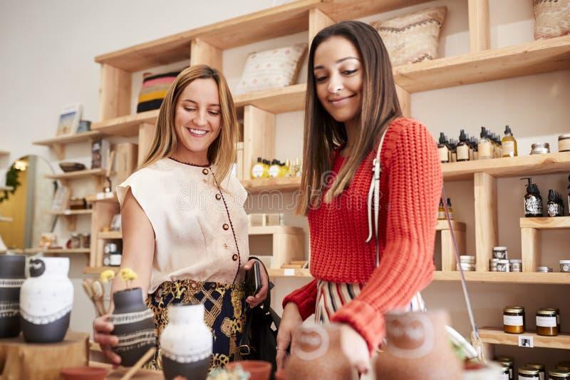 Dwa Żeńskiego przyjaciela Robi zakupy W Niezależnym kosmetyka sklepie Wpólnie zdjęcia royalty free