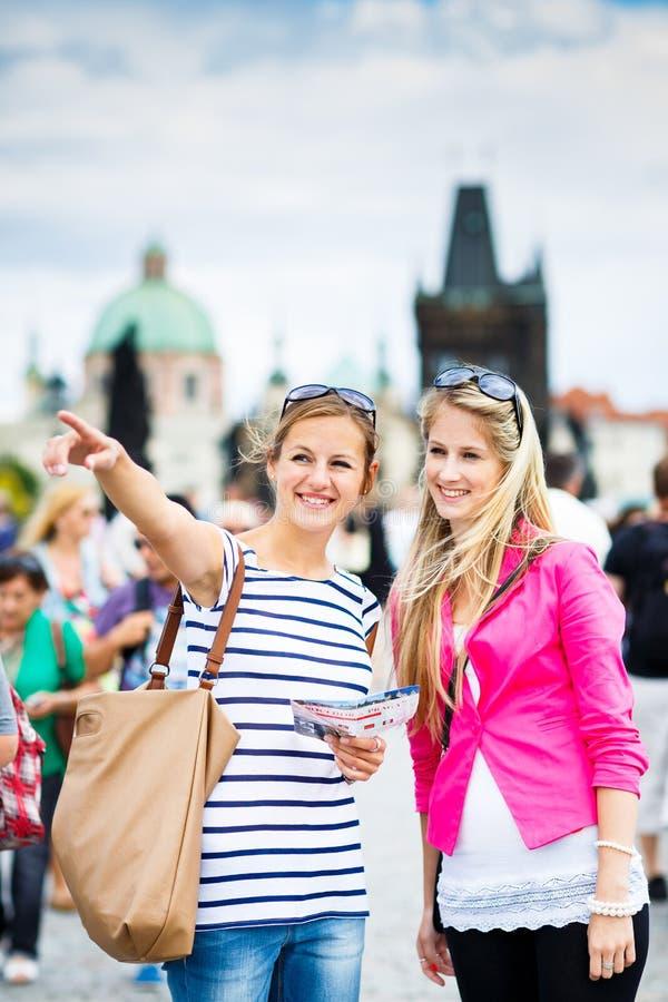Download Dwa żeńskiego Turysty Chodzi Wzdłuż Charles Mosta Obraz Stock - Obraz złożonej z femaleness, dziewczyna: 28963449
