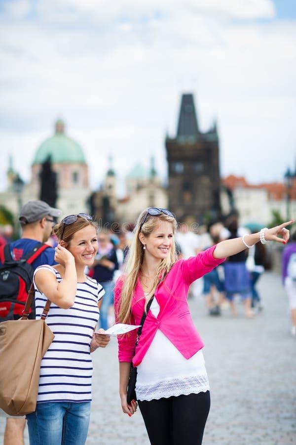 Download Dwa żeńskiego Turysty Chodzi Wzdłuż Charles Mosta Zdjęcie Stock - Obraz złożonej z dziewczyna, piękny: 28963450