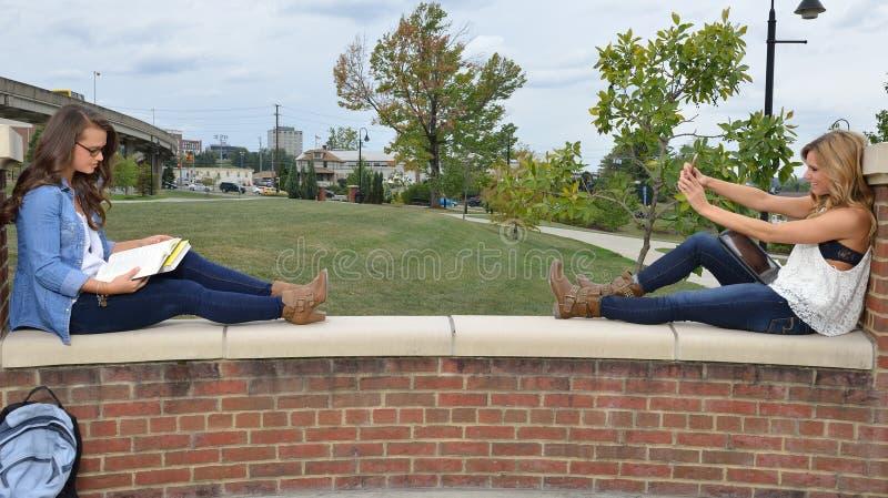 Dwa żeńskiego ucznia wpólnie na kampusie zdjęcie stock