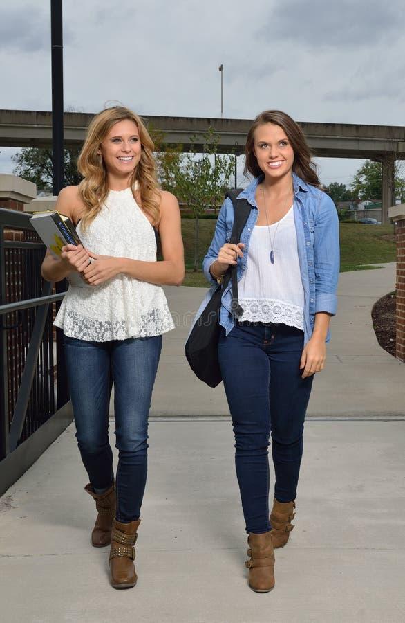 Dwa żeńskiego ucznia wpólnie na kampusie obraz stock