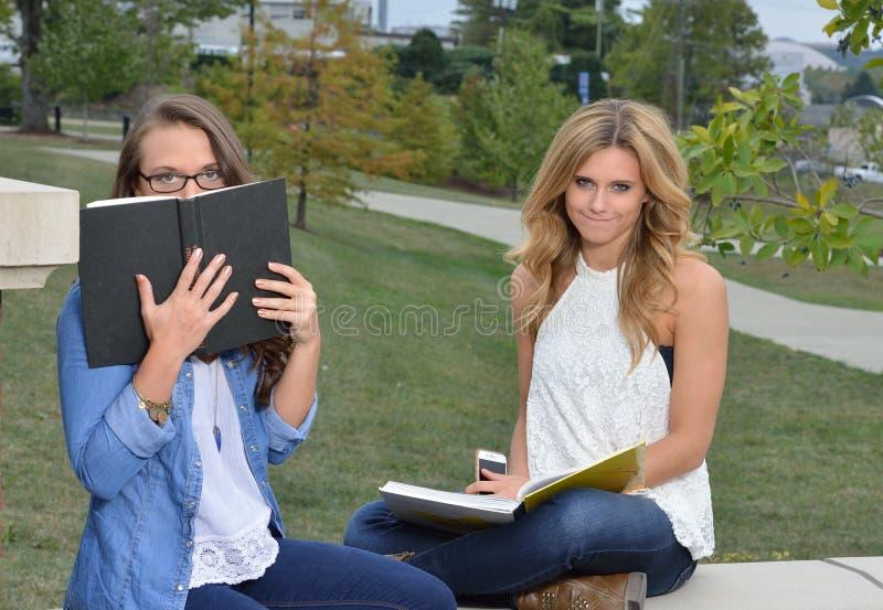 Dwa żeńskiego ucznia wpólnie na kampusie obrazy royalty free