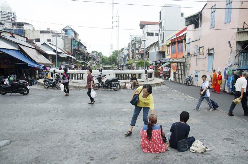 Dwa żebraków proszałny pieniądze od tajlandzkich ludzi i podróżnika przy Sampe obrazy stock
