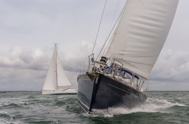Dwa żeglowanie łodzi jachtu przy morzem zdjęcie stock