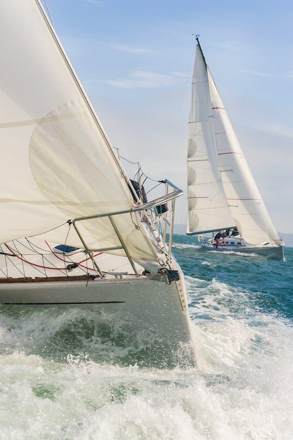 Dwa żeglowanie łodzi jachtu przy morzem obrazy royalty free