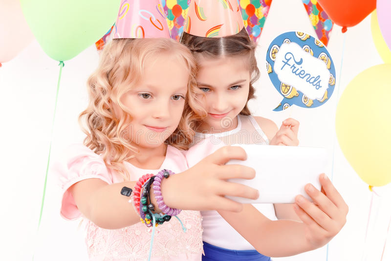 Download Dwa ładnej Modnej Dziewczyny Robi Selfie Zdjęcie Stock - Obraz złożonej z zaprasza, przyjaciele: 57667502