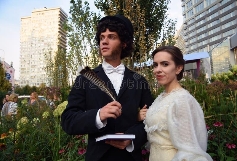 Dwa aktorów młoda poza dla fotografii Moskwa miasta dnia 871st rocznicowy świętowanie obrazy royalty free
