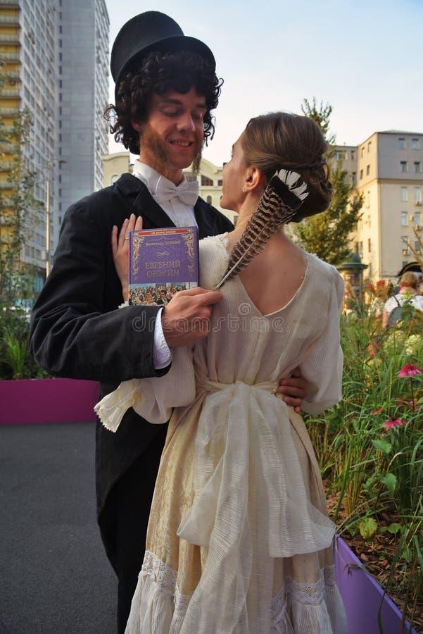 Dwa aktorów młoda poza dla fotografii Moskwa miasta dnia 871st rocznicowy świętowanie obraz stock