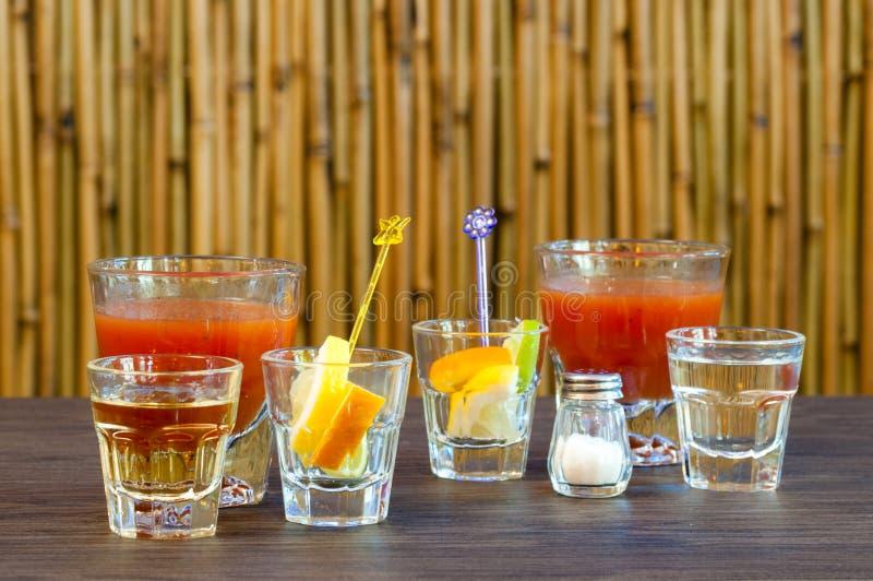 Dwa alkoholiczek koktajlu mieszanka ustawia dla pić tequila srebro na stole obraz royalty free