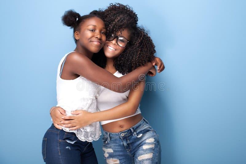 Dwa amerykanin afrykańskiego pochodzenia dziewczyn piękny ono uśmiecha się fotografia royalty free