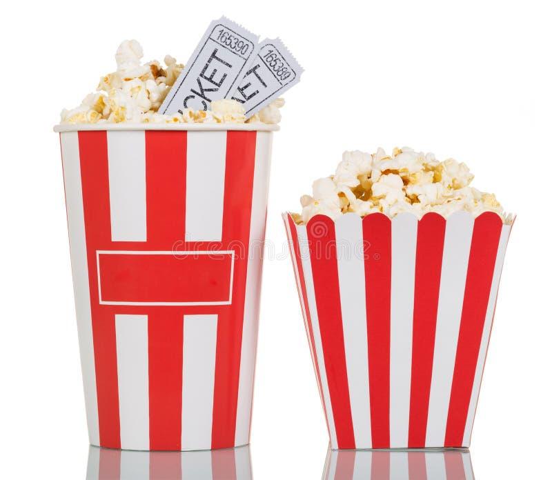 Dwa ampuły paskował pudełka wypełniających z popkornem, filmów bilety na wh obraz royalty free