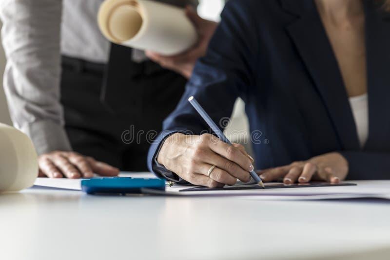 Dwa architekta przy pracą w ich biurze obrazy stock
