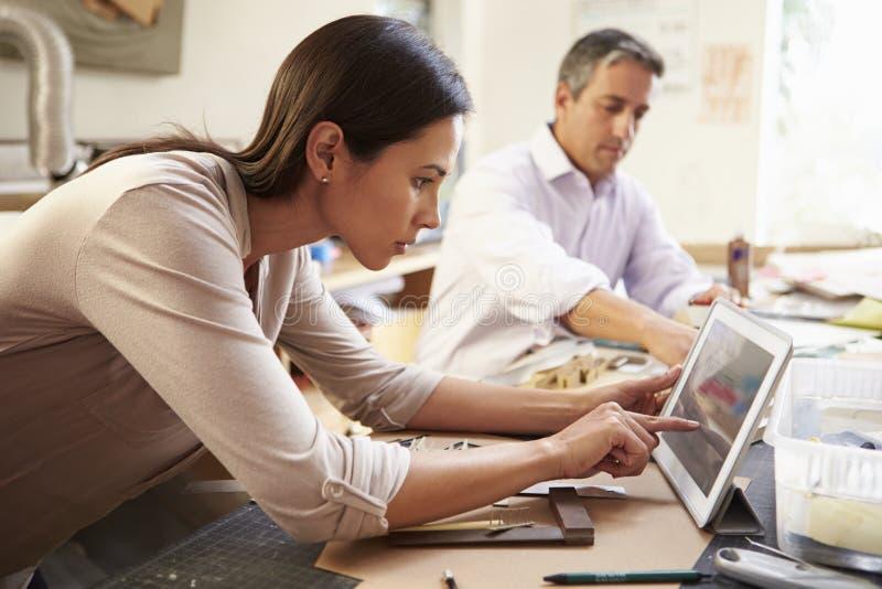 Dwa architekta Robi modelom W Biurowej Używa Cyfrowej pastylce obrazy royalty free