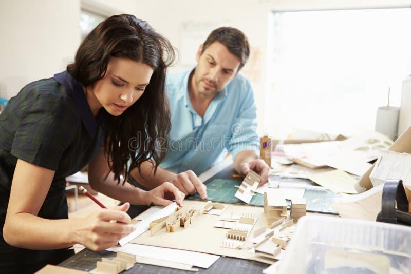 Dwa architekta Robi modelom W biurze Wpólnie zdjęcia stock