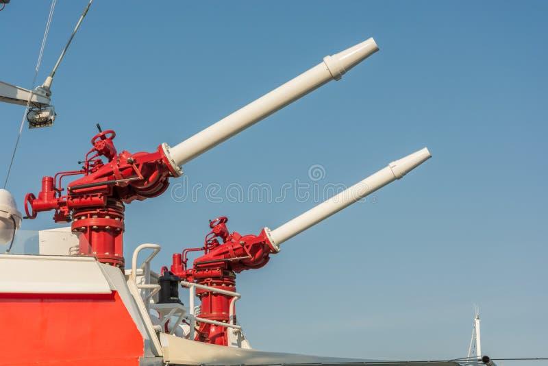 Dwa armatki wodnej na pok?adzie statek morze ratunek zdjęcie stock
