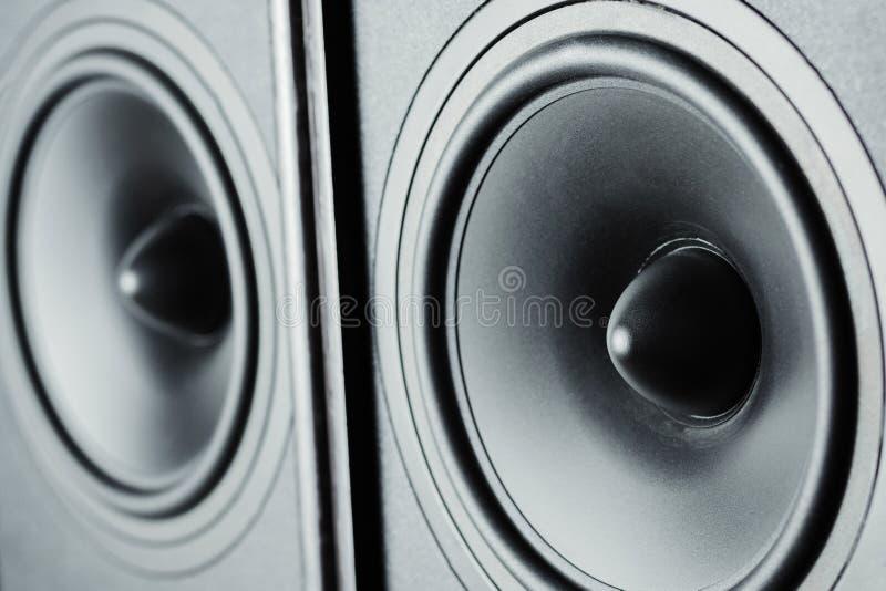 Dwa audio rozsądnego mówcy na ciemnym tle, zamykają up zdjęcie royalty free