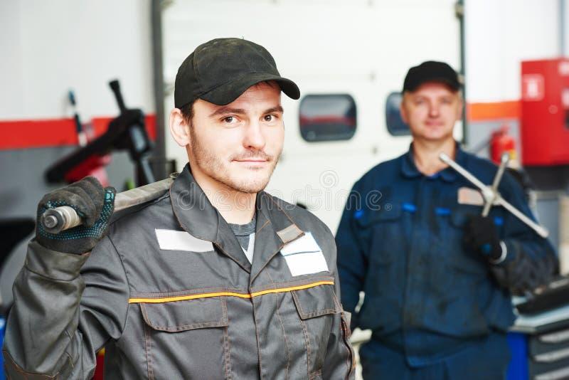 Dwa auto mechanika repairmans fotografia royalty free