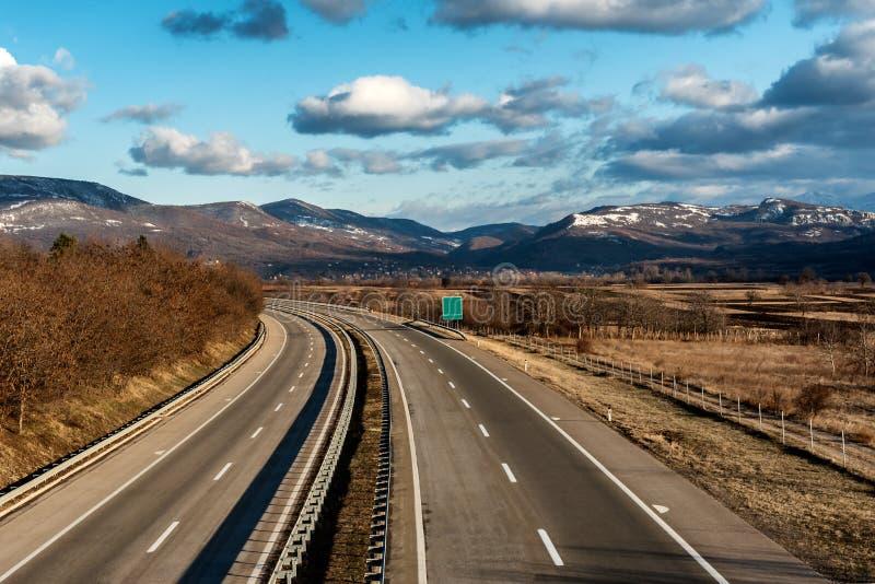 Dwa autostrady kreskowa szeroka krzywa na letnim dniu fotografia stock