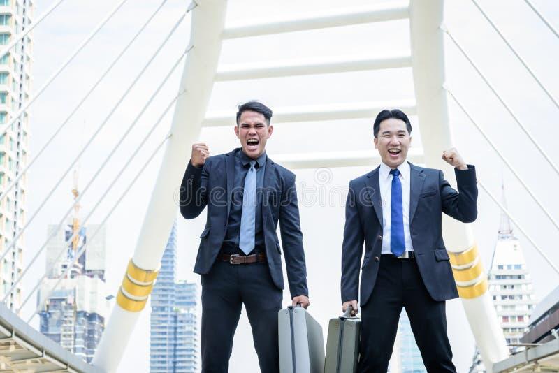 Dwa azjata biznes zwycięstwo biznesowy cel z budować a obraz royalty free