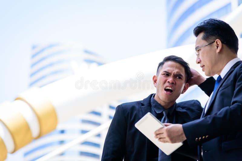 Dwa azjata biznesmen opowiadać dla biznesowego wzroku zdjęcia royalty free