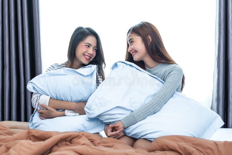 Dwa azjaty Lesbijski patrzeć wpólnie w sypialni tła piękna błękitny pojęcia zbiornika kosmetyczny głębii szczegółu pole folował n obrazy stock