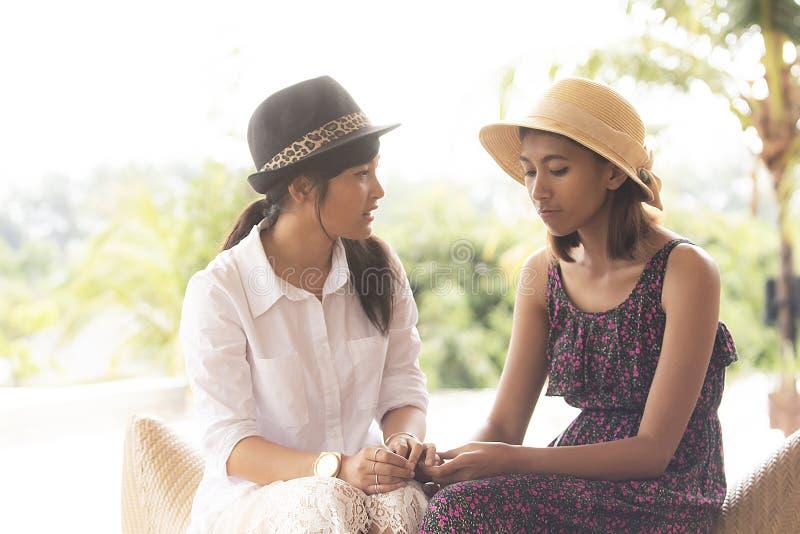 Dwa azjatykcia młoda kobieta opowiada z nieszczęśliwą emocją obraz stock