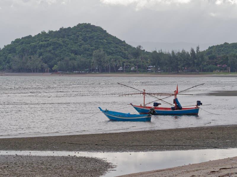 Dwa błękitny i pomarańczowa łódź rybacka z lekkim słupem łapać przy Khao Lom Muak kałamarnicy i cuttlefish, Ao Manao zdjęcia stock
