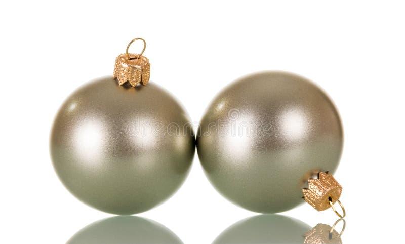 Dwa błyszcząca srebrzysta piłka bawi się dla dekorować choinki isolat zdjęcia royalty free