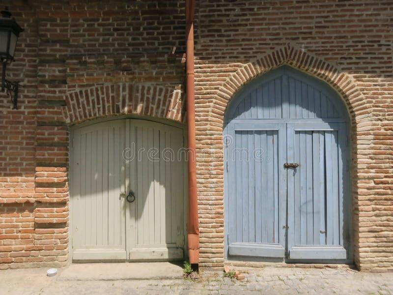Dwa barwili drewnianych zewnętrznych drzwi obraz royalty free