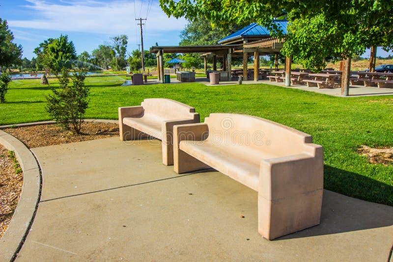 Dwa Betonowej ławki W miejscowego parku obrazy stock