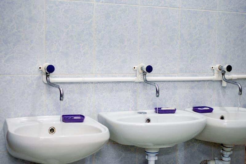 Dwa białego zlew i ciekłego mydła toaleta publicznie obrazy stock