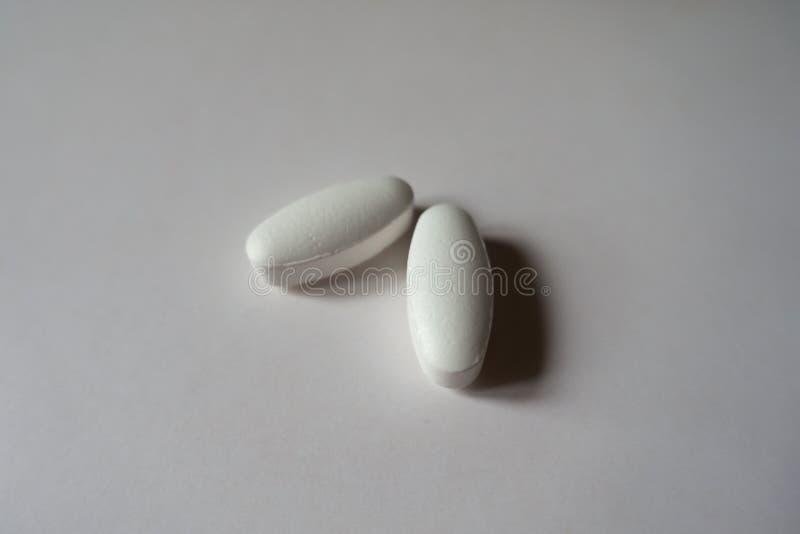 Dwa białego ściągłego caplets wapnia cytrynian obraz royalty free