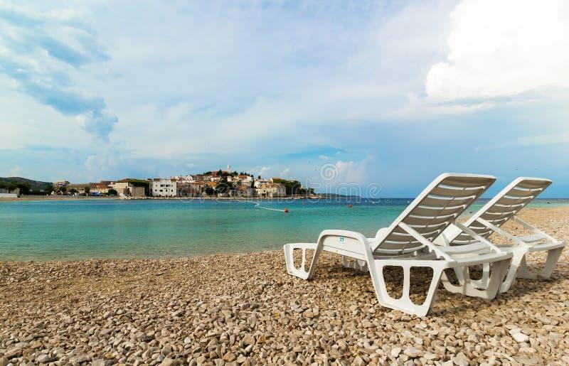Dwa białego deckchairs na pięknej plaży w Chorwacja zdjęcie stock