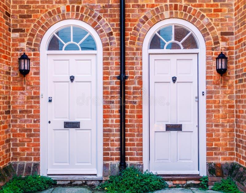 Dwa białego drewnianego mieszkaniowego dzwi wejściowy zdjęcie royalty free