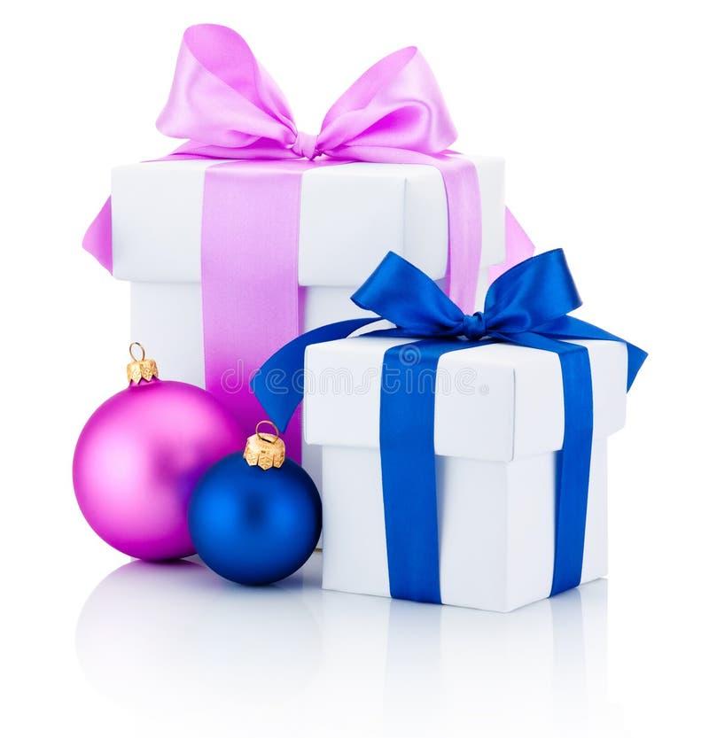 Dwa białego pudełka wiążący menchii boże narodzenia, czerwień i łęk i tasiemkowe piłki Odizolowywać na bielu zdjęcia royalty free