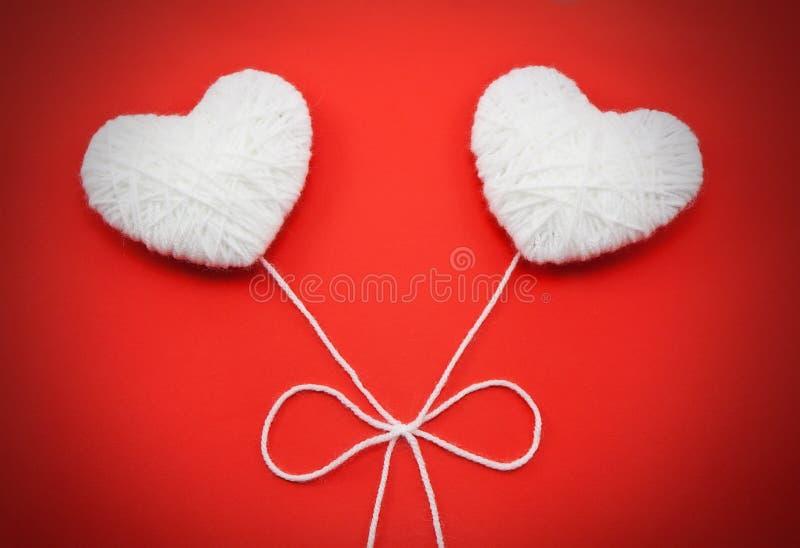 Dwa białego serca robić od wełny obrazy stock