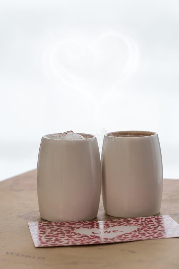 Dwa białej filiżanki kawy z valentine na lekkim tle Projekt karta dla walentynka dnia zdjęcie royalty free